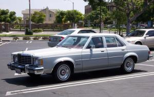 1975 Ford Granada. This type of car was used by the gang in the robbery. The movie used a different car.